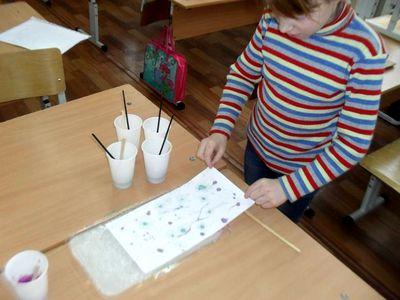Девочка рисует в технике Эбру