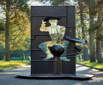 памятник персонажу 10