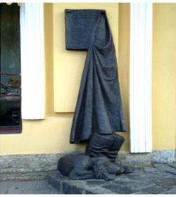 памятник персонажу 6