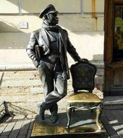 памятник персонажу 8