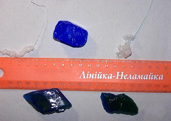 Большие кристаллы соли и купороса