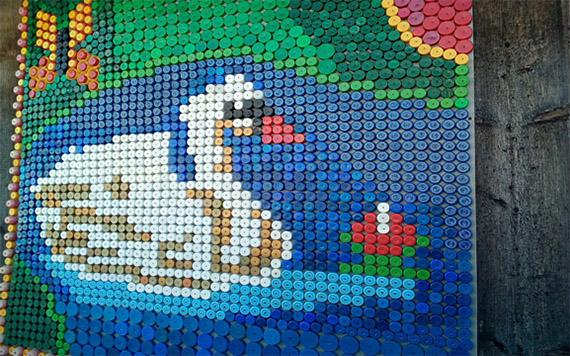 Панно лебедя из крышек пластиковых бутылок