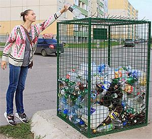 Сортировка пластиковых бутылок в контейнер