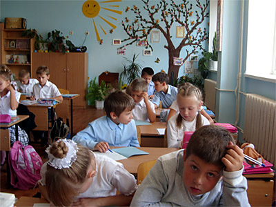 Школьники на уроке в классе