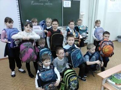 Школьники с портфелями